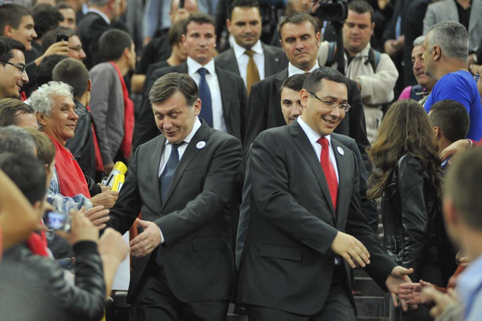 Preşedintele PNL, Crin Antonescu, şi preşedintele PSD, Victor Ponta, sosesc pe Arena Naţională, la evenimentul de lansare a candidaţilor Uniunii Social Liberale (USL) la alegerile parlamentare, în Bucureşti, miercuri, 17 octombrie 2012.
