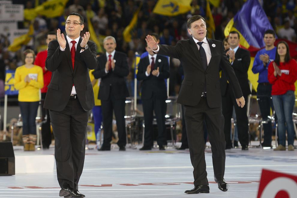 Preşedintele PNL, Crin Antonescu (S), şi preşedintele PSD, Victor Ponta (D), participă la lansarea candidaţilor Uniunii Social Liberale (USL) la alegerile parlamentare, pe Arena Naţională din Bucureşti, miercuri, 17 octombrie 2012.