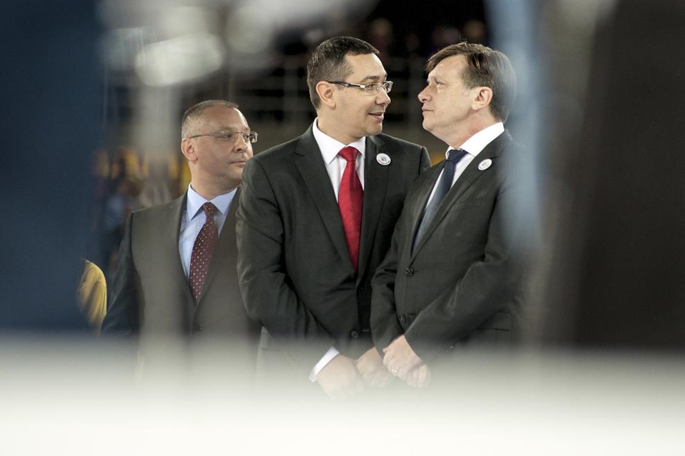 Preşedintele PNL, Crin Antonescu (D), şi preşedintele PSD, Victor Ponta (S), participă la lansarea candidaţilor Uniunii Social Liberale (USL) la alegerile parlamentare, pe Arena Naţionala din Bucureşti, miercuri, 17 octombrie 2012.