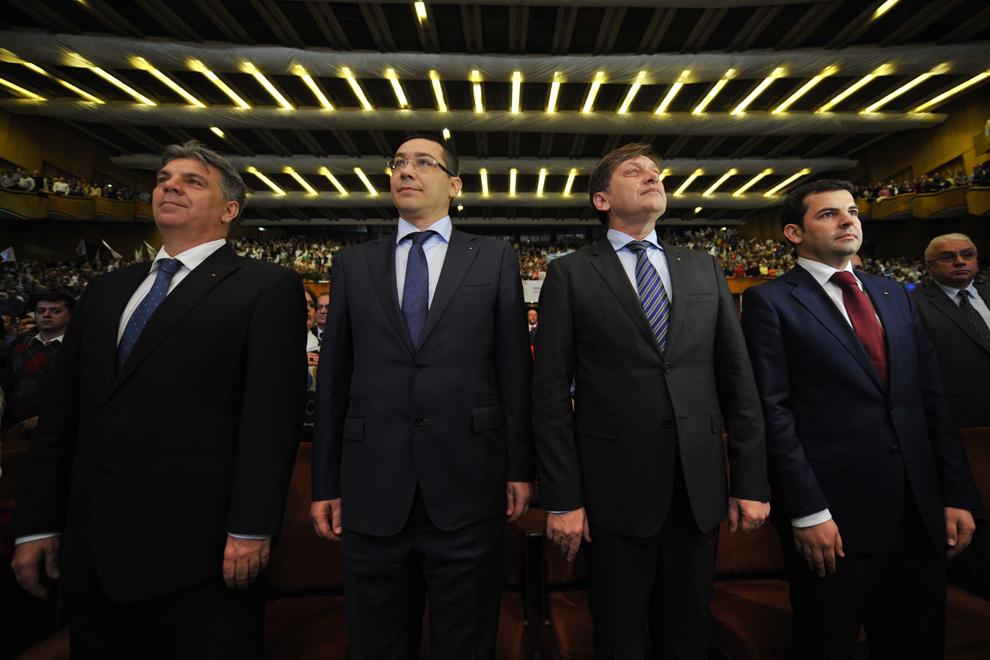 Premierul Victor Ponta (CS), preşedintele PNL, Crin Antonescu (CD) şi preşedintele PC, Daniel Constantin (D), participă la evenimentul de lansare a candidaţilor Uniunii Social Liberale din Bucureşti pentru Parlamentul României, în Bucureşti, joi, 25 noiembrie 2012.