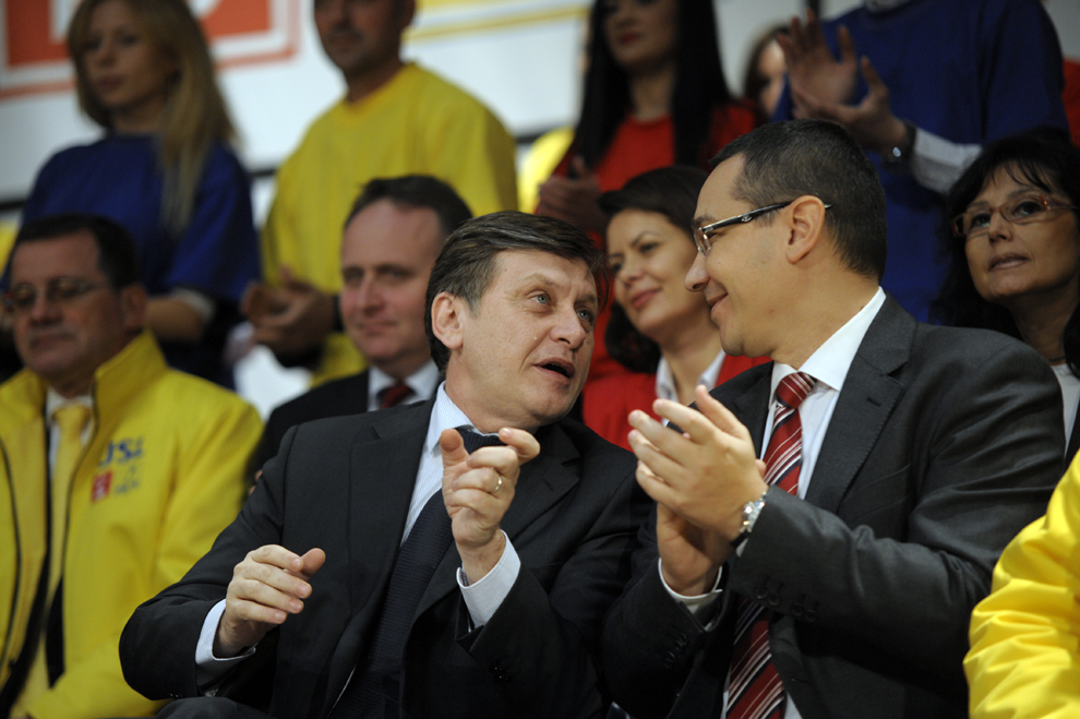 Preşedintele PNL Crin Antonescu (S) şi premierul Victor Ponta (D) participă la evenimentul de lansare a candidaţilor Uniunii Social Liberale din Cluj pentru Parlamentul României, în Cluj, vineri, 25 noiembrie 2012.
