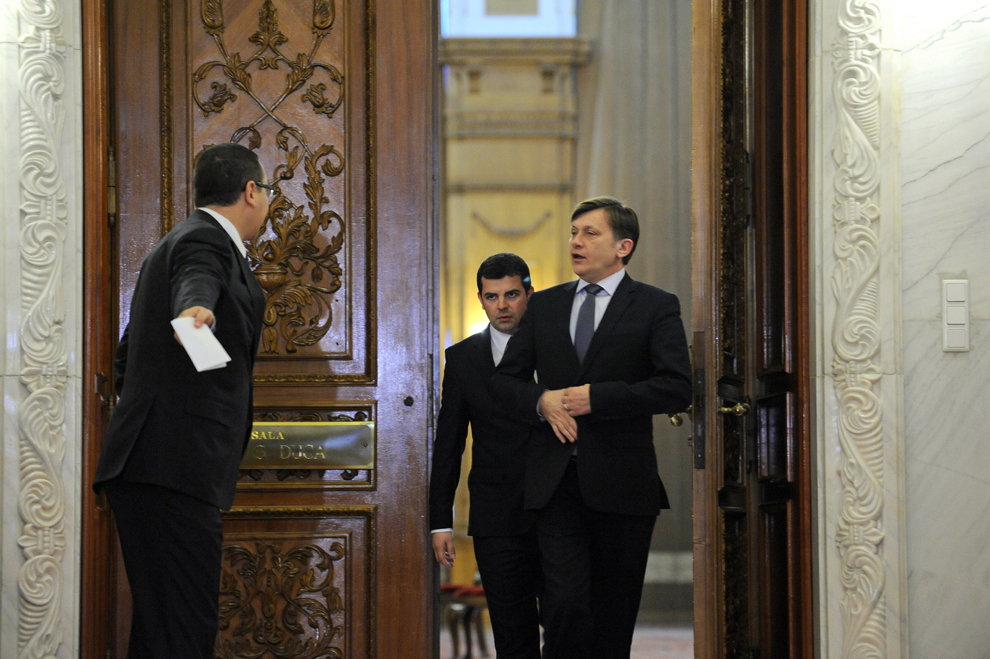 Victor Ponta (S), preşedintele PSD, Daniel Constantin (C), preşedintele PC, şi Crin Antonescu (D), preşedintele PNL, ies de la întâlnirea avută cu premierul Emil Boc şi reprezentanţii puterii, în Bucureşti, miercuri, 18 ianuarie 2012.