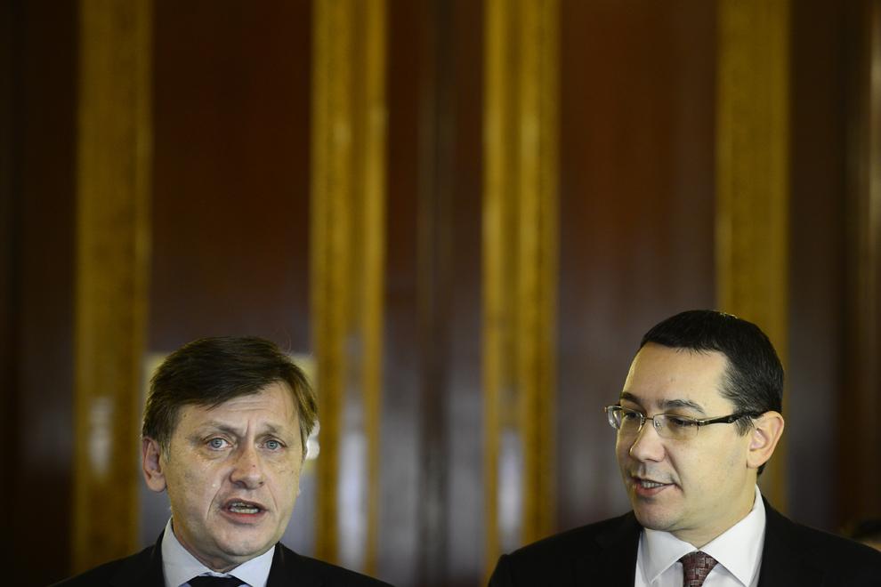 Crin Antonescu (S) şi Victor Viorel Ponta (D) fac declaraţii, la finalul întâlnirii cu reprezentanţii UDMR, în Bucureşti, luni, 17 decembrie 2012. Premierul Victor Ponta a anunţat că decizia finală este ca UDMR să nu facă parte din Guvern.