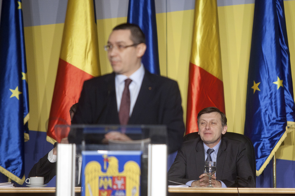 Crin Antonescu (D) ascultă discursul premierului Victor Ponta (S), în timpul primei şedinţe comune a Senatului şi Camerei Deputaţilor din această legislatură, în Bucureşti, vineri, 21 decembrie 2012.