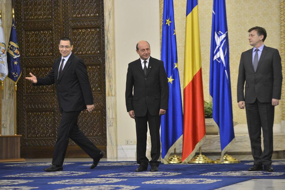 Victor Ponta, Traian Băsescu şi Crin Antonescu participă la ceremonia de învestitură a membrilor Guvernului, la Palatul Cotroceni, în Bucureşti, vineri, 21 decembrie 2012.