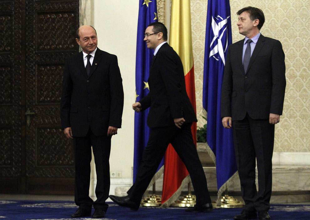 Preşedintele Traian Băsescu (S), premierul Victor Ponta (C) şi Crin Antonescu (D) participă la ceremonia de învestitura a membrilor Guvernului, la Palatul Cotroceni, în Bucureşti, vineri, 21 decembrie 2012.