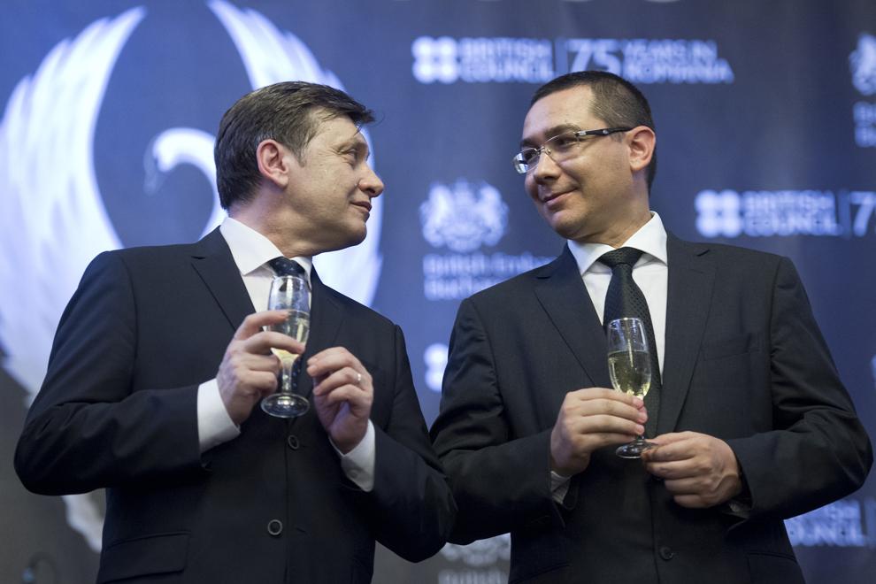 Crin Antonescu (S) discută cu Victor Ponta (D), în timpul recepţiei organizate de British Council, cu ocazia împlinirii a 75 de ani de prezenţă a instituţiei în România, în Bucureşti, marţi, 25 iunie 2013.