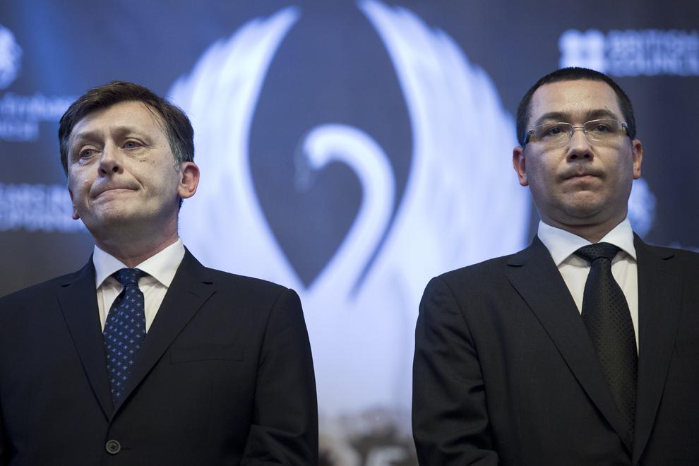 Crin Antonescu (S) şi Victor Ponta (D) ascultă un discurs, în timpul recepţiei organizate de British Council, cu ocazia împlinirii a 75 de ani de prezenţă a instituţiei în România, în Bucureşti, marţi, 25 iunie 2013.