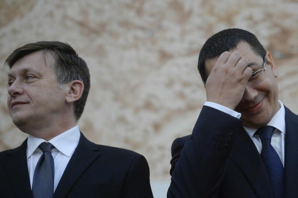 Preşedintele Senatului, Crin Antonescu (S), şi premierul Victor Ponta (D) participă la o recepţie oferită de ambasada Republicii Chineze, cu ocazia Zilei Naţionale a Republicii Populare Chineze, în Bucureşti, luni, 30 septembrie 2013.