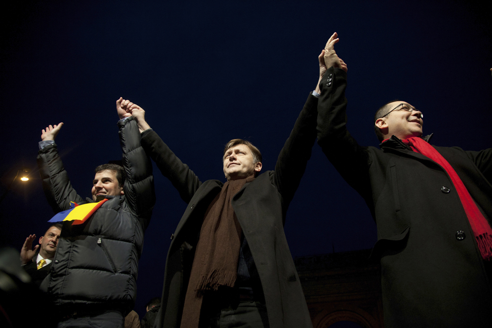 """Preşedintele PC, Daniel Constantin (S), preşedintele PNL, Crin Antonescu (C), si preşedintele PSD, Victor Ponta (D), salută mulţimea, la sfârşitul protestului USL, denumit """"Miting pentru libertate"""", în zona Arcului de Triumf din Bucureşti, joi, 19 ianuarie 2012."""