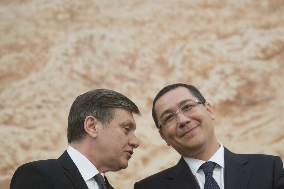 Preşedintele Senatului, Crin Antonescu (S), discută cu premierul Victor Ponta (D), în timpul unei recepţii oferite de ambasada Republicii Chineze, cu ocazia Zilei Naţionale a Republicii Populare Chineze, în Bucureşti, luni, 30 septembrie 2013.