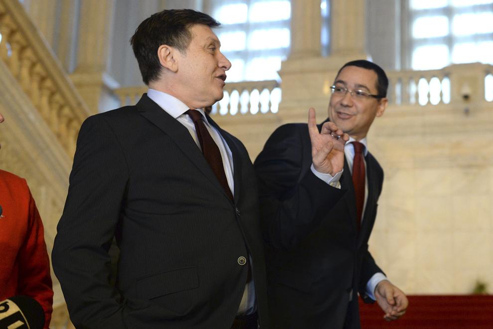 """Crin Antonescu (S) şi Victor Ponta (D) discută pe treptele Palatului Parlamentului, cu ocazia dezbaterilor """"Atelierele Viitorului"""", organizate sub sigla Consiliului Naţional al PSD, în Bucureşti, vineri, 8 noiembrie 2013."""
