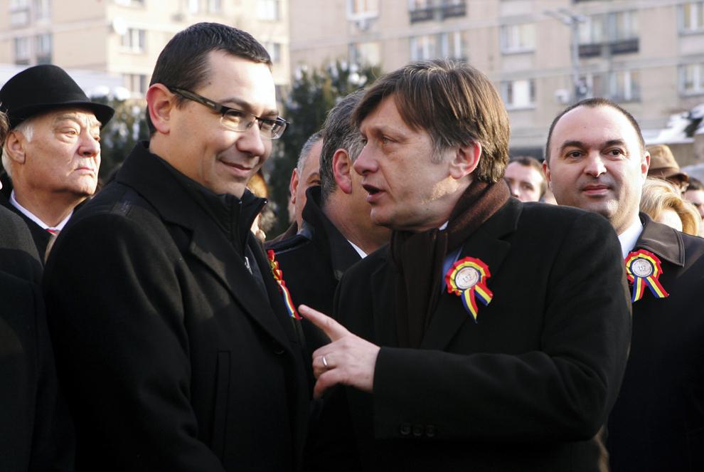 Preşedintele PNL, Crin Antonescu (D), şi liderul PSD, Victor Ponta (S), participă la festivităţile prilejuite de Ziua Unirii, în Piaţa Unirii din Iaşi, luni, 24 ianuarie 2011.