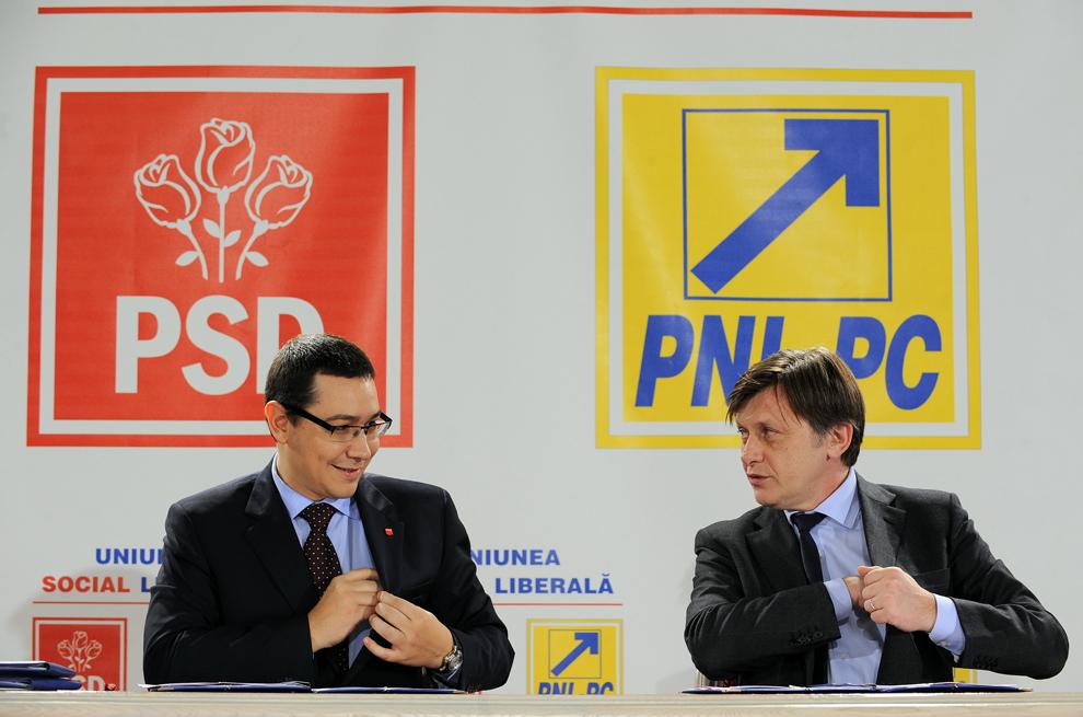 Preşedintele PSD, Victor Ponta (S), alături de preşedintele PNL, Crin Antonescu (D), semnează actul de constituire a Uniunii Social Liberale, în Bucureşti, sâmbătă, 5 februarie 2011.