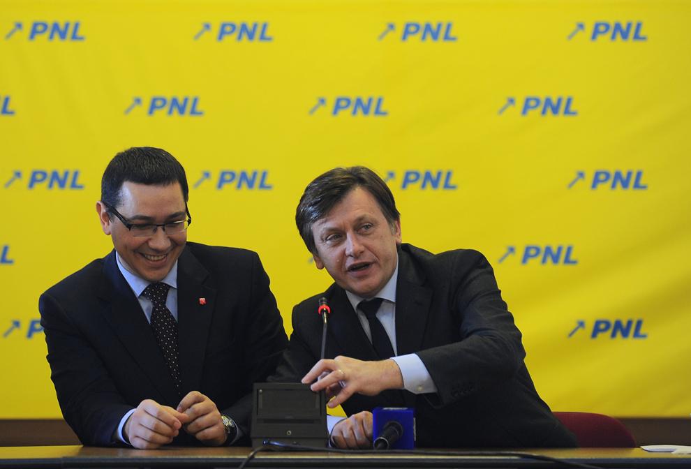 """Preşedintele PNL, Crin Antonescu (D), ascultă discursul preşedintelui PSD, Victor Ponta (S), la Şedinţa Delegaţiei Permanente a PNL, în Bucureşti, sâmbătă, 5 februarie 2011. Delegaţia Permanentă a PNL a aprobat, sâmbătă, constituirea alianţei cu PSD, înregistrându-se doar un vot """"împotrivă"""" şi opt """"abţineri""""."""