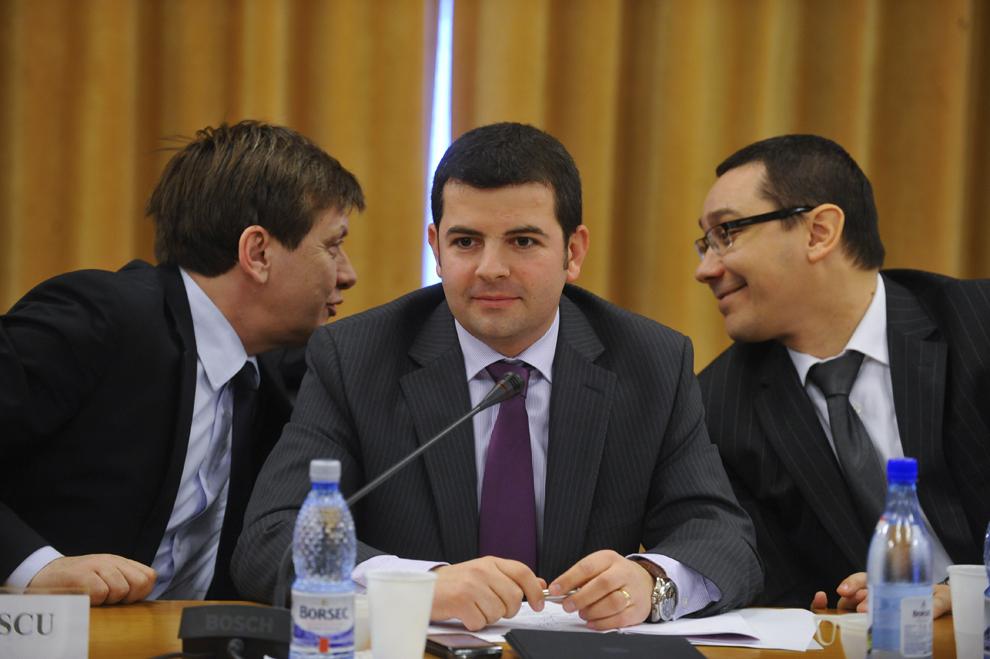 Liderii Uniunii Social Liberale (USL), Crin Antonescu (S), Daniel Constantin (C) şi Victor Ponta (D), participă la semnarea protocolului de colaborare între USL, sindicate şi patronate, la Palatul Parlamentului din Bucureşti, luni, 28 februarie 2011.