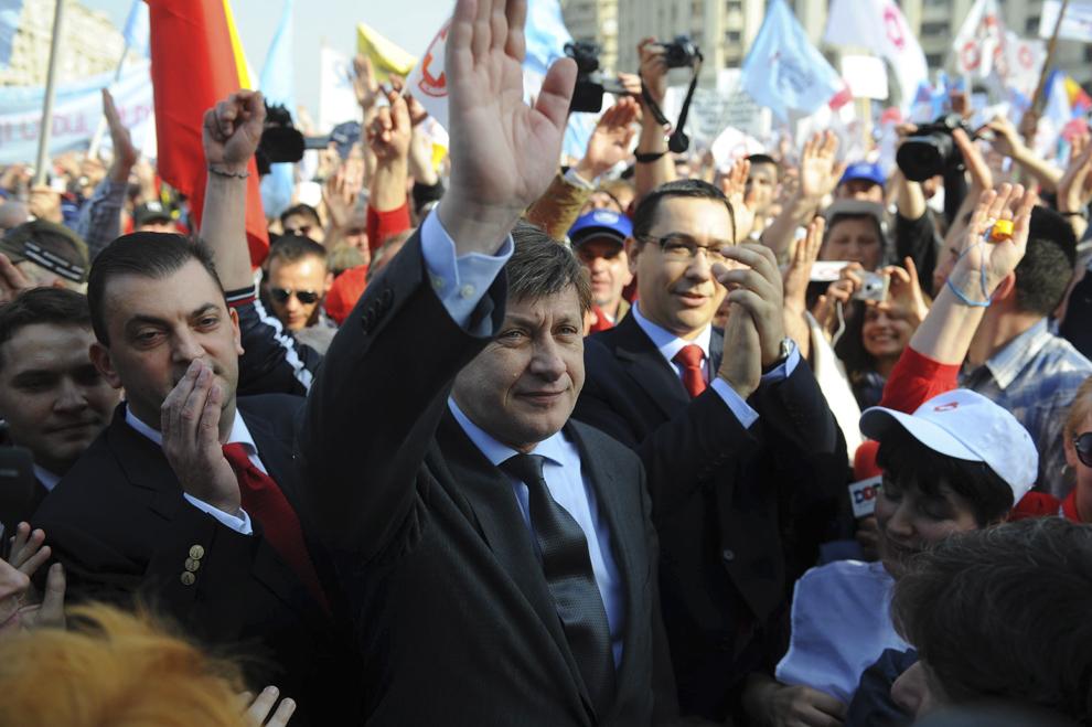 Crin Antonescu şi Victor Ponta salută protestatarii din faţa Palatului Parlamentului, unde se dezbate moţiunea de cenzură depusă de opoziţie, în Bucureşti, miercuri, 16 martie 2011.
