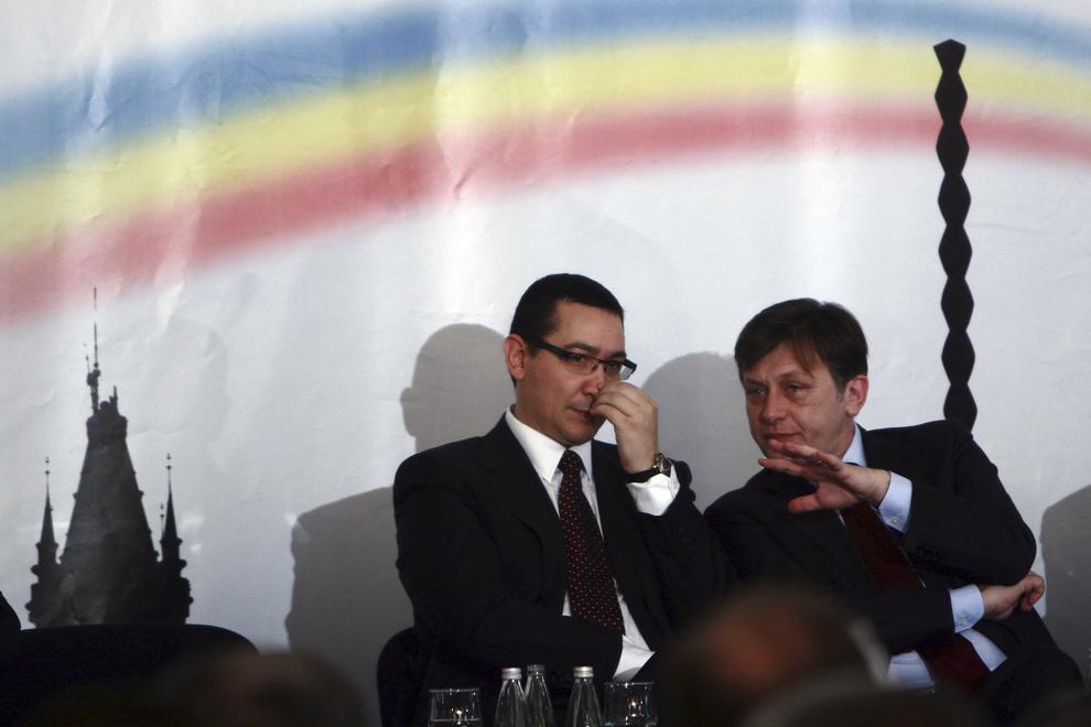 Preşedintele PSD, Victor Ponta (S), şi preşedintele PNL, Crin Antonescu (D), participă la conferinţa de presă în care se lansează Programul Economic al USL, în Bucureşti, vineri, 27 mai 2011.