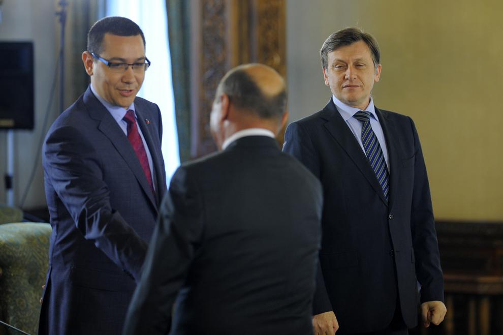 Liderii USL, Crin Antonescu (D) şi Victor Ponta (S), au o întrevedere cu preşedintele Traian Băsescu (C), la Palatul Cotroceni, în Bucureşti, marţi, 21 iunie 2011. USL i-a propus preşedintelui Traian Băsescu formarea unui Guvern tehnocrat, susţinut inclusiv de opoziţie şi declanşarea de alegeri parlamentare anticipate în noiembrie 2011.