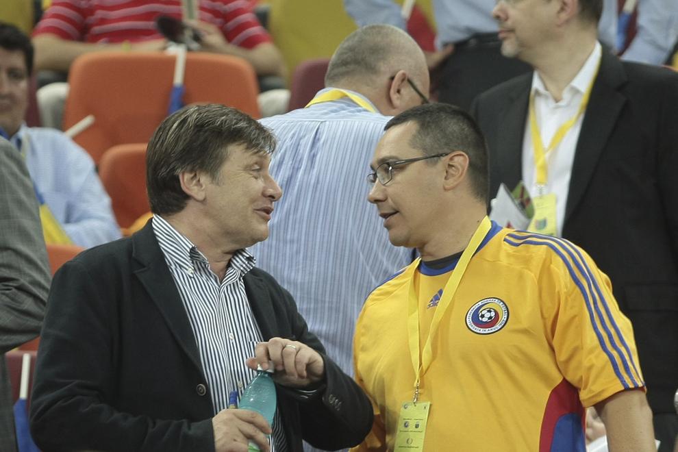 Crin Antonescu (S) discută cu Victor Ponta (D), în timpul meciului România - Franţa, din cadrul Grupei D a preliminariilor Campionatului European de fotbal, ediţia 2012, disputat în Bucureşti, marţi, 6 septembrie 2011.