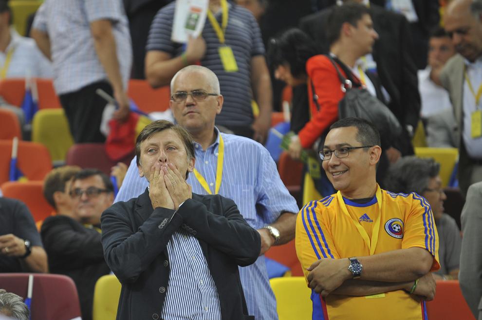 Crin Antonescu (S) şi Victor Ponta (D) aşteaptă începerea meciului România - Franţa, din cadrul Grupei D a preliminariilor Campionatului European de fotbal, ediţia 2012, disputat în Bucureşti, marţi, 6 septembrie 2011.