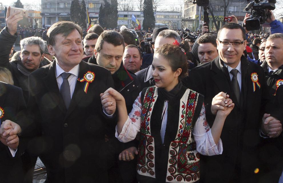 Preşedintele PNL, Crin Antonescu (S), şi preşedintele PSD, Victor Ponta (D), dansează Hora Unirii, în timpul manifestărilor prilejuite de împlinirea a 153 de ani de la Unirea Principatelor Române, în Iaşi, marţi, 24 ianuarie 2012.