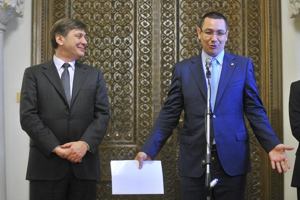 Preşedintele PSD, Victor Ponta (D), susţine, alături de preşedintele PNL, Crin Antonescu (S), o declaraţie de presă, la finalul consultărilor liderilor USL cu preşedintele Traian Băsescu, în Bucureşti, vineri, 27 aprilie 2012.