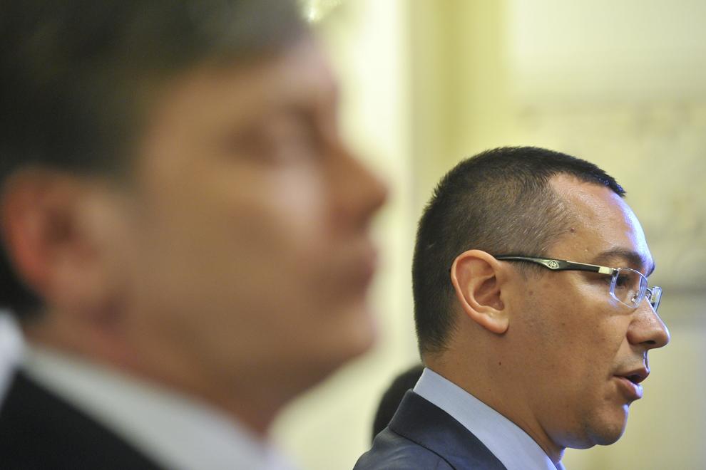 Preşedintele PSD, Victor Ponta (D), susţine, alături de preşedintele PNL, Crin Antonescu (S), o declaraţie de presă la finalul consultarilor liderilor USL cu preşedintele Traian Băsescu, în Bucureşti, vineri, 27 aprilie 2012.