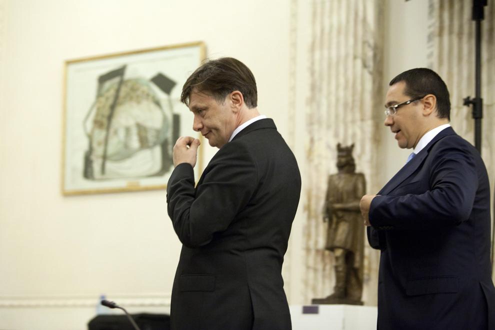 """Preşedintele Senatului, Crin Antonescu (S), şi premierul Victor Ponta (D) ies de la şedinţa Plenului reunit pentru dezbaterea şi votul asupra cererii de suspendare din funcţie a preşedintelui României, în Bucureşti, vineri, 6 iulie 2012. Preşedintele Traian Băsescu a fost suspendat din funcţie de Parlament, cu 258 de voturi """"pentru"""", în condiţiile în care erau necesare 217 voturi."""