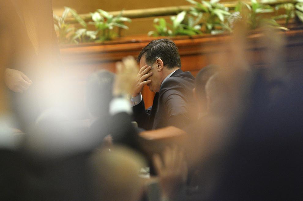 Crin Antonescu reacţionează după ce şi-a anunţat demisia, în Parlament, în Bucureşti, marţi, 4 martie 2014.