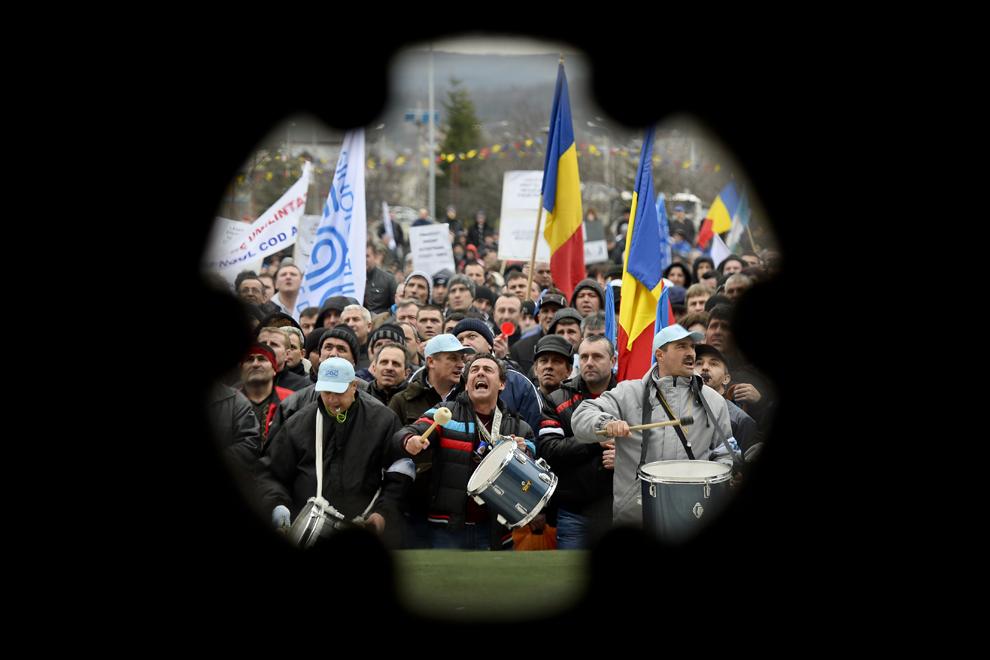 Oameni protestează pe platoul Casei de Cultură a Sindicatelor din Mioveni, miercuri, 5 martie 2014. Aproximativ 11.000 de persoane, membri de sindicat de la Automobile Dacia, dar şi familii ale acestora, au protestat, cerând construirea autostrăzii Piteşti - Sibiu, susţinerea învăţământului profesional şi modificarea Codului Muncii.