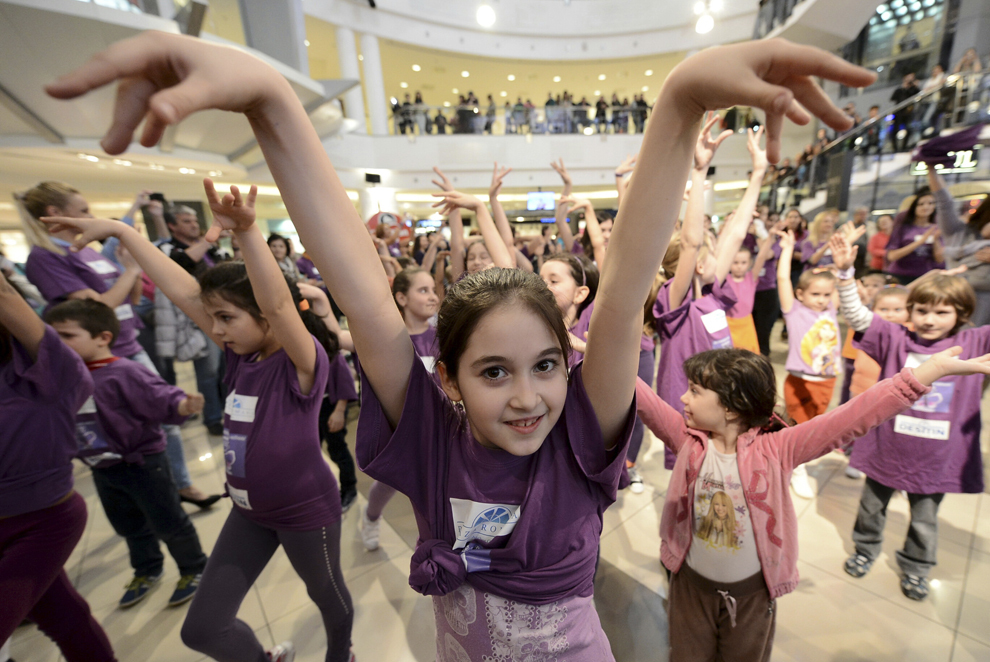 """Copii participă la flashmob-ul """"Purple Salsa"""", cu prilejul Zilei Internaţionale a Luptei Împotriva Epilepsiei, organizat de Asociaţia pentru Dravet şi alte Epilepsii Rare, în Bucureşti, miercuri, 26 martie 2014."""