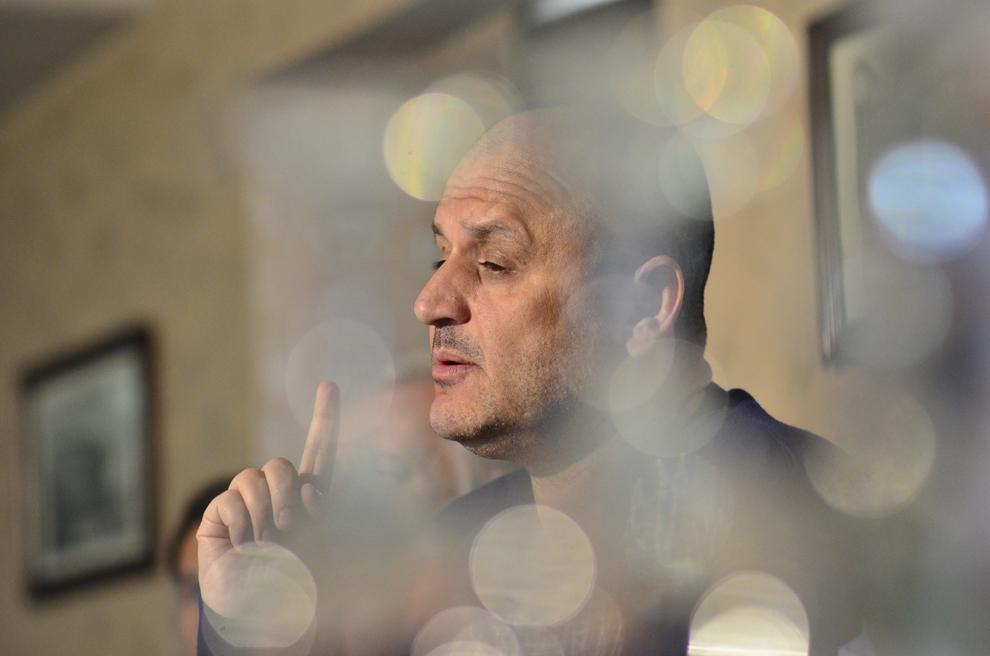Finanţatorul FC U Craiova, Adrian Mititelu, susţine o conferinţă de presă în care anunţă că echipa sa, participantă în Liga a- II-a, se va retrage din actualul campionat, la Craiova, joi, 27 martie 2014.
