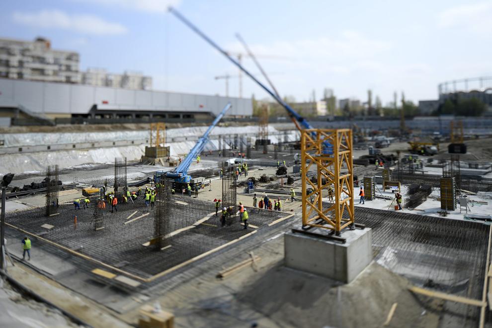 FOTOGRAFIE REALIZATĂ CU OBIECTIV TILT-SHIFT Muncitori lucrează pe şantierul Mega Mall, în Bucureşti, joi, 3 aprilie 2014.