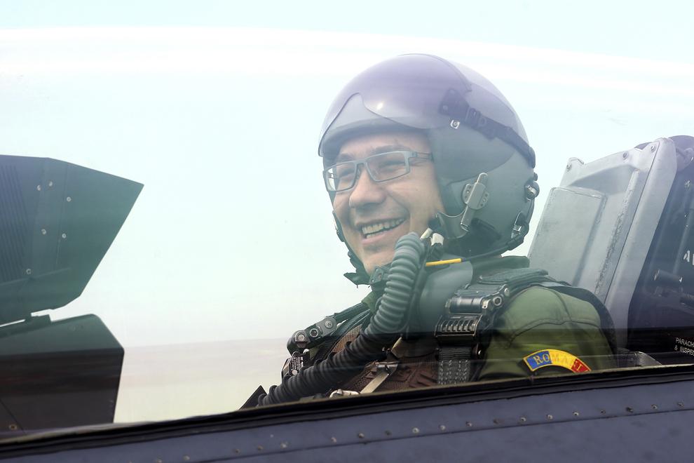 Victor Ponta participă la un zbor cu un avion american F-16, la Baza 71 Aeriană din Câmpia Turzii, joi, 17 aprilie 2014.