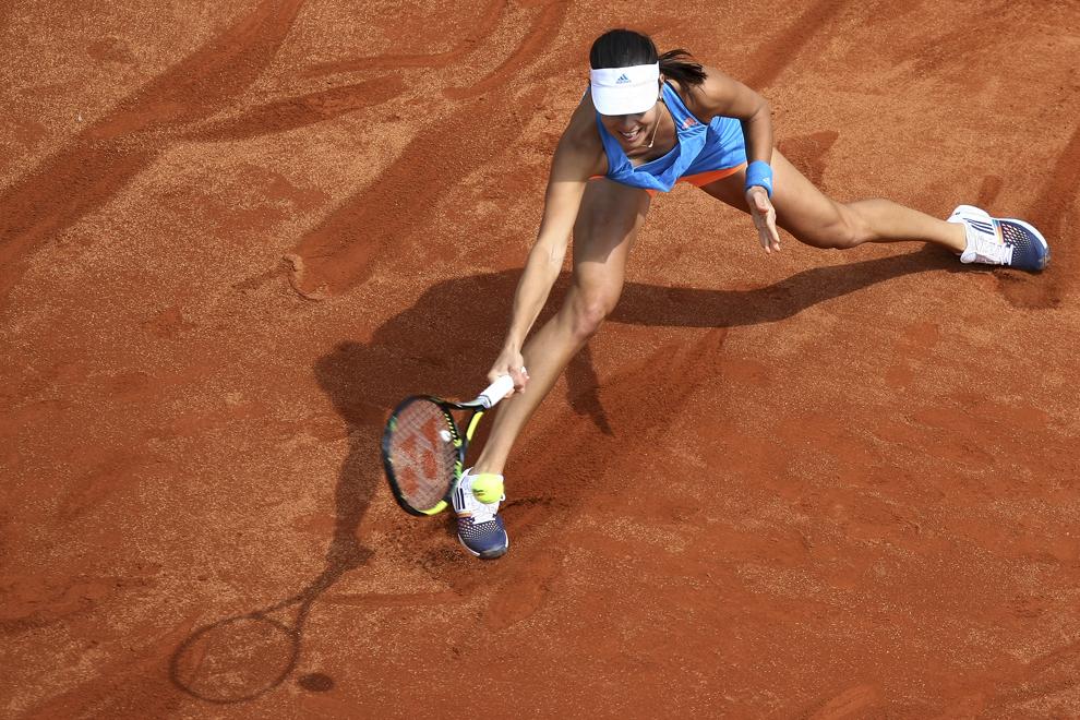 Sportiva Ana Ivanovici, locul 12 mondial, returnează o minge Soranei Cîrstea, numarul 27 WTA, în primul meci al întâlnirii dintre România şi Serbia, contând pentru play-off-ul celei de a doua Grupe Mondiale a Fed Cup, la Arenele BNR din Bucureşti, sâmbătă, 19 aprilie 2014.