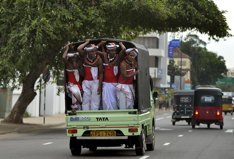 Dansatori Kandyan din Sri Lanka sunt transportaţi în timpul unei sărbători de 1 Mai, în Colombo, joi, 1 mai 2014.