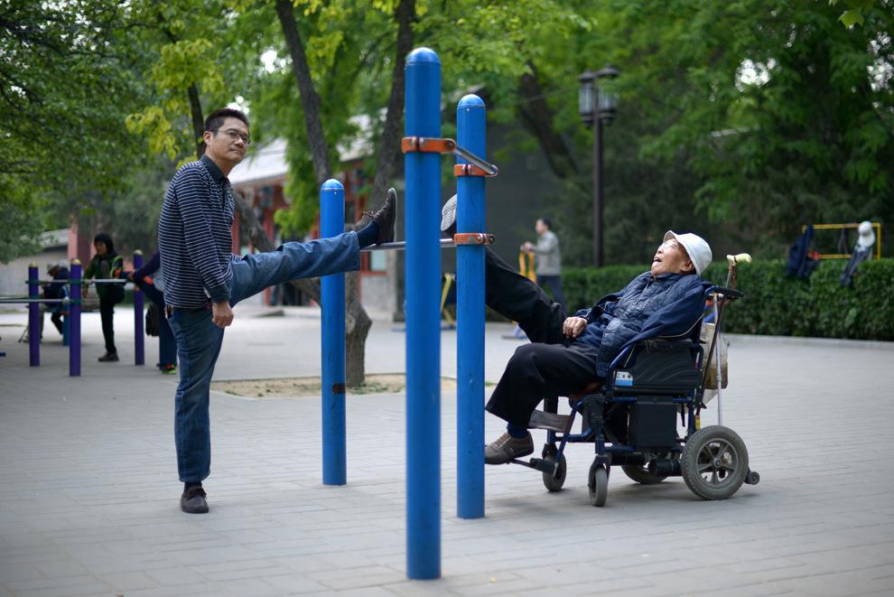 Locuitori ai Beijingului fac exerciţii într-un parc, joi, 8 mai 2014.