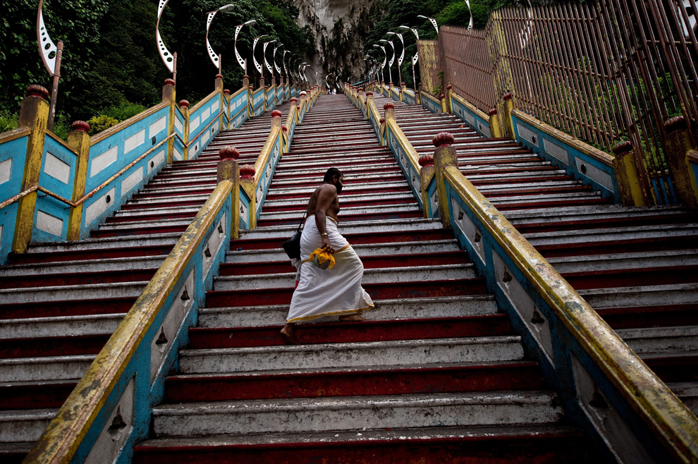 Un preot hindus urcă cele 272 ale templului Batu, în apropiere de Kuala Lumpur, vineri, 9 mai 2014.