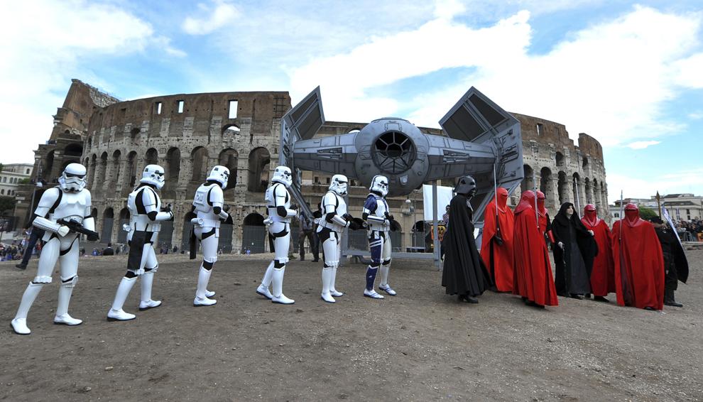 """Membri ai fan clubului Star Wars, celebrează """"Ziua Star Wars"""" în faţa Colloseum-ului din Roma, Italia, duminică, 4 mai 2014."""
