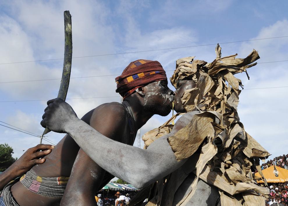 Tineri din tribul Aboure dansează dansul războinicului, în timpul unei parade organizate în ultima zi a carnavalului Popo aflat la ediţia 34, în Bonoua, aflat la 60 de km de Abidjan, Coasta de Fildeş, sâmbătă, 3 mai 2014.