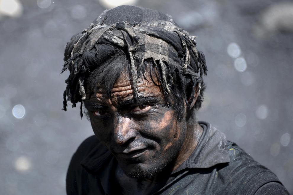 Un miner afgan pozează în timp ce lucrează într-o mină de cărbune care s-a prăbuşit pe 30 aprilie, 2014, ucigând 40 de mineri şi blocând în subteran un număr necunoscut de mineri, în provincia Samangan,  joi, 1 mai 2014.