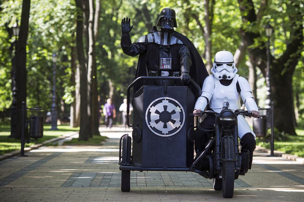 """Candidatul la prezidenţiale al partidului Internetului, """"Darth Vader soseşte la o conferinţă de presă în Volodymyrska Hill, Kiev, Ucraina, joi, 22 mai 2014."""