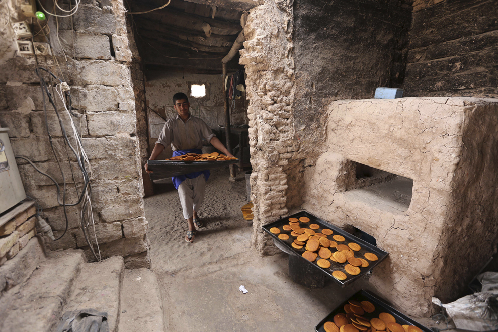 Un tânăr pregăteşte produse de panificaţie, într-o fabrică din Herat, Afganistan, sâmbătă, 17 mai 2014.