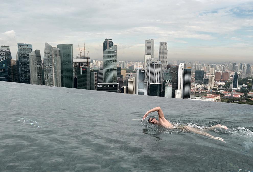 Campionul mondial, australianul Christian Sprenger, înoată în timpul unui eveniment organizat pentru copii cu nevoi speciale, într-o piscină aflată pe acoperişul hotelului Marina Bay Sands din Singapore, Singapore, marţi, 20 mai 2014.