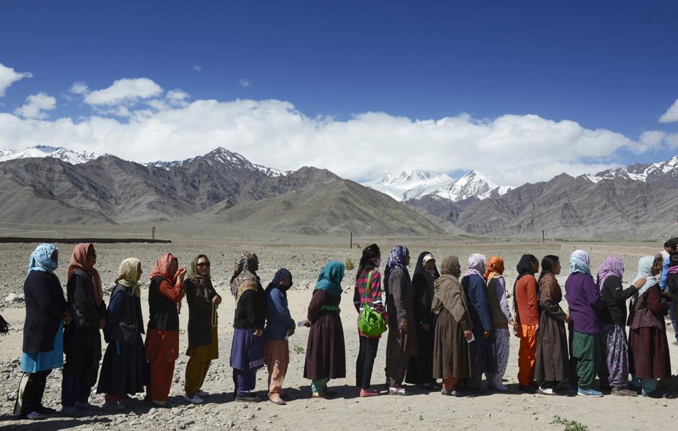 Alegători indieni stau aliniaţi pentru a vota în apropierea unei şcoli din Shushot Yongama, pe malul râului Indus, lângă oraşul Leh, la poalele muntilor Ladakh, miercuri, 7 mai 2014.