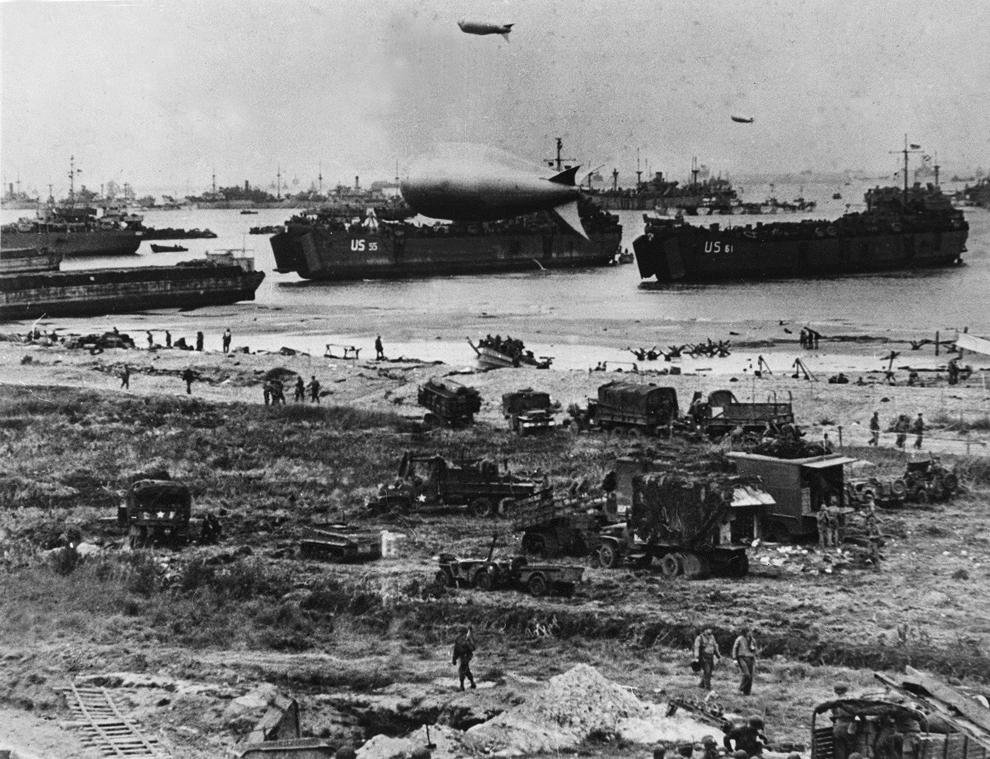 Trupe americane debarcă în timpul Operaţiunii Overlord, marţi, 06 iunie 1944, după ce forţele aliate au luat cu asalt plajele din Normandia.
