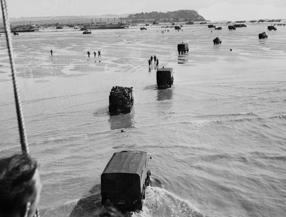 Trupe aliate debarcă în timpul Operaţiunii Overlord,  marţi, 06 iunie 1944, după ce forţele aliate au luat cu asalt plajele din Normandia.