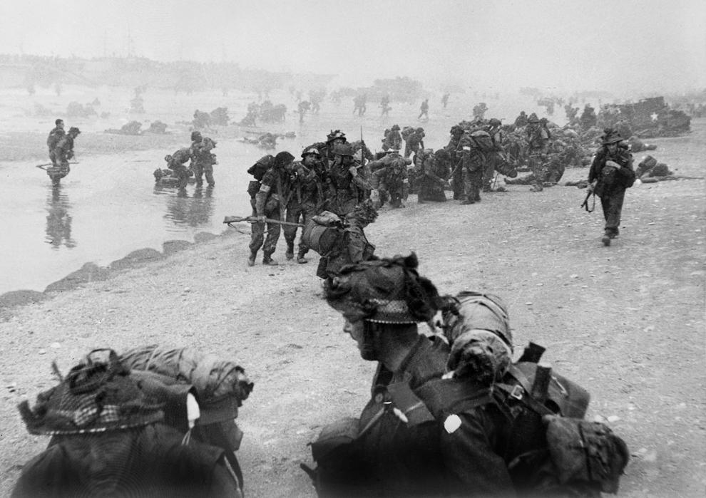 Soldaţi britanici iau poziţii pe o plajă din Normandia în timpul operaţiunilor din 06 iunie 1944.