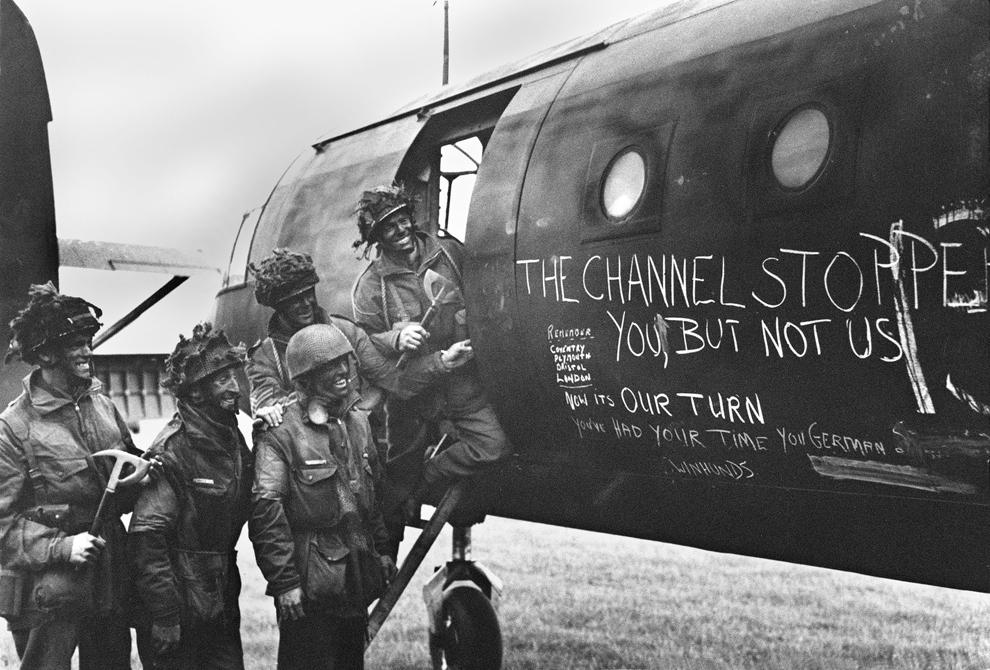 Paraşutişti britanici citesc mesajele inscripţionate pe un avion în iunie 1944.